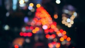 Feux de signalisation étonnants de nuit de voitures de tache floue Bokeh sur la rue passante à Bangkok, Thaïlande 4K banque de vidéos