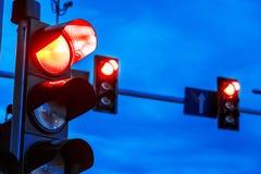Feux de signalisation au-dessus d'intersection urbaine image libre de droits