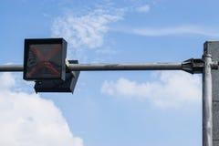Feux de signalisation contre un ciel bleu vibrant photo libre de droits
