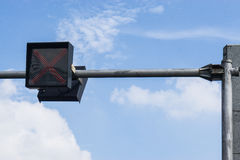 Feux de signalisation contre un ciel bleu vibrant Images libres de droits