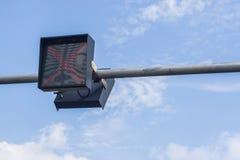 Feux de signalisation contre un ciel bleu vibrant Photographie stock libre de droits