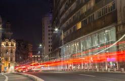 Feux de signalisation dans la scène de nuit de Bucarest Photos stock