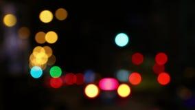 Feux de signalisation Defocused de la route urbaine de nuit banque de vidéos