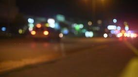 Feux de signalisation Defocused de nuit banque de vidéos