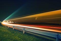 Feux de signalisation la nuit Image stock