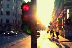Feux de signalisation la nuit dehors au coucher du soleil Photos libres de droits