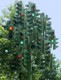 Feux de signalisation multiples d'arbre de feux de signalisation sur une sculpture Photo stock