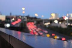 Feux de signalisation sur la route, hors de l'effet de foyer au Nouvelle-Zélande Image stock