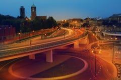Feux de signalisation urbains de nuit Photo stock