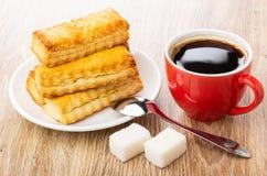 Few chuchają ciastka w spodeczku, filiżanka z kawą, łyżka, cukier zdjęcie stock
