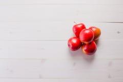 Few czerwoni jabłka na stole obraz stock