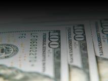 Few dolarowi rachunki k?amaj? na stole, zbli?enie fotografia stock