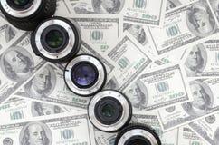 Few fotograficzni obiektywy kłamają na tle mnóstwo dol obrazy stock
