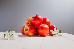 Few jabłka na białej drewnianej powierzchni zdjęcie royalty free