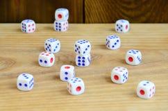 Few kostka do gry kłamają na powierzchni naturalny drewno Rzeczy dla wytwarzać liczby od jeden sześć w postaci punktów które są f Obraz Royalty Free