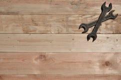 Few ośniedziali spanners kłamają na drewnianym stole w warsztacie obrazy stock