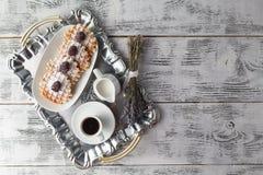 Few opłatki na stole z jagodami i kawą zdjęcie stock