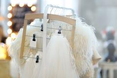 Few piękna bridal przesłona i suknia na wieszaku obraz stock