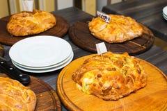 Few pizze na drewnianym okręgu Obrazy Royalty Free