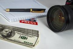 Few rachunki na biurku dziennikarz fotografia royalty free