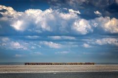 Few starzy frachty opuszczali samotnie na linii kolejowej wśród pięknej natury Niebieskie niebo i duży biały chmury obwódki pocią fotografia royalty free