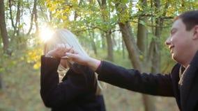 Few strzały zadowolona potomstwo para żartują odprowadzenie w jesieni parkuje trzymać ich ręki, on tak jakby don't chce zdjęcie wideo