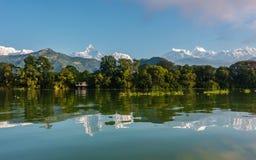 Fewa sjön och Annapurnaen spänner i Pokhara royaltyfria foton