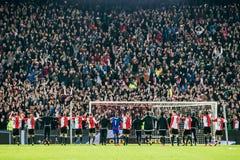 Feyenoord spelare tackar de entusiastiska fansen Royaltyfri Foto