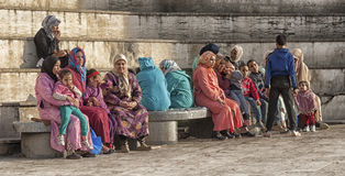 FEZ, ΜΑΡΟΚΟ - 18 ΦΕΒΡΟΥΑΡΊΟΥ 2017: Μη αναγνωρισμένοι άνθρωποι που κάθονται στο medina του Fez Στοκ φωτογραφίες με δικαίωμα ελεύθερης χρήσης