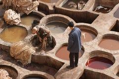 """FEZ MAROCKO †""""FEBRUARI 20, 2017: Män som arbetar på den berömda Chouara garveriet i medinaen av Fez, Marocko Arkivfoton"""