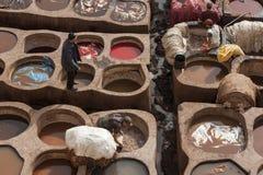 """FEZ MAROCKO †""""FEBRUARI 20, 2017: Män som arbetar på den berömda Chouara garveriet i medinaen av Fez, Marocko Arkivfoto"""