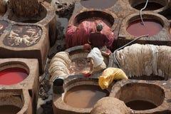 """FEZ MAROCKO †""""FEBRUARI 20, 2017: Män som arbetar på den berömda Chouara garveriet i medinaen av Fez, Marocko Fotografering för Bildbyråer"""