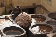 """FEZ MAROCKO †""""FEBRUARI 20, 2017: Man arbete på den berömda Chouara garveriet i medinaen av Fez, Marocko Royaltyfri Bild"""