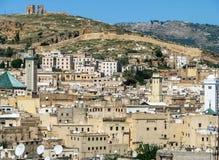 FEZ Marocko - April 1, 2008: Panoramautsikten av Fez den gamla staden med fördärvar arkivbild