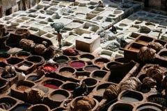 Fez Marocko forntida lädergarveri med att arbeta för folk Arkivfoto
