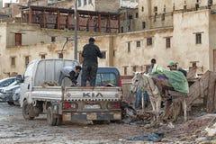 FEZ, MAROKKO - 18. FEBRUAR 2017: Arbeitskräfte im Gerberei souk von Webern, in Fez, Marokko Stockbild
