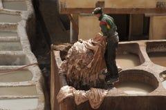 FEZ, MAROKKO - 20. FEBRUAR 2017: Bemannen Sie das Arbeiten innerhalb der Farbenlöcher an der berühmten Chouara-Gerberei im Medina Lizenzfreies Stockbild