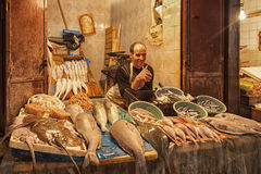 FEZ, MAROKKO - 18. FEBRUAR 2017: Ein nicht identifizierter Mann, der Fische und Meeresfrüchte in einem Straßenmarkt in Fez verkau Lizenzfreies Stockbild
