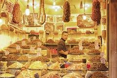 FEZ, MAROKKO - 18. FEBRUAR 2017: Ein nicht identifizierter Mann in einem Straßenmarkt in Fez Lizenzfreie Stockfotografie