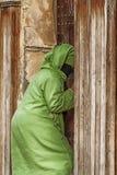 FEZ, MAROKKO - 18. FEBRUAR 2017: Eine nicht identifizierte Frau im Medina von Fez Stockfotografie