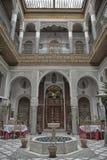 FEZ, MAROKKO - 19. FEBRUAR 2017: Innenraum einer riad kleinen Familie besaß Hotel im Medina von Fes Stockbilder