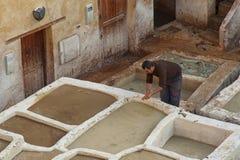FEZ, MAROKKO - 18. FEBRUAR 2017: Nicht identifizierte Arbeitskräfte im Gerberei souk von Webern, in Fez, Marokko Stockfotografie