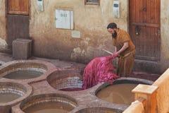 FEZ, MAROKKO - 18. FEBRUAR 2017: Nicht identifizierte Arbeitskräfte im Gerberei souk von Webern, in Fez, Marokko Lizenzfreies Stockfoto