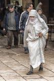 FEZ, MAROKKO - 20. FEBRUAR 2017: Nicht identifizierte Frau, die in das Medina von Fez geht Stockfotos