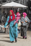 FEZ, MAROKKO - 20. FEBRUAR 2017: Nicht identifizierte Frauen im Medina von Fez Lizenzfreies Stockbild