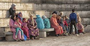 FEZ, MAROKKO - 18. FEBRUAR 2017: Nicht identifizierte Leute, die im Medina von Fez sitzen Lizenzfreie Stockfotos
