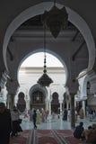 FEZ, MAROKKO - 18. FEBRUAR 2017: Nicht identifizierte Leute im Medina von Fez Lizenzfreies Stockbild
