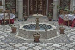 FEZ, MAROKKO - FEBRUARI 19, 2017: Het binnenland van een riad kleine familie bezat hotel in medina van Fes Royalty-vrije Stock Fotografie