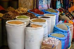 Fez, Marrocos 31 DE MAIO DE 2012: Especiarias e ervas para a venda na loja velha Medina interno do fez Imagens de Stock