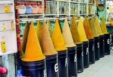 fez morocco MAJ 31, 2012: Kryddor och örter som är till salu i gammalt, shoppar inom Medina av Fez Arkivfoton